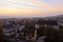 Calle en la ciudad de Deauville, Normandía, Francia Foto de archivo