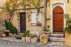 Calle en la ciudad vieja Antibes en Francia Fotografía de archivo libre de regalías