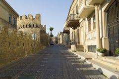 Calle en la ciudad vieja antigua Baku Fotos de archivo