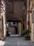 Calle en la ciudad vieja de Ferrara, Italia Foto de archivo libre de regalías