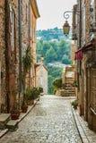 Calle en la ciudad vieja Tourrettes-sur-Loup en Francia Foto de archivo