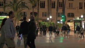 Calle en la igualación de Alicante, España Gente que cruza el camino metrajes