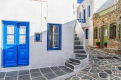 Calle en la isla de Kythnos, Cícladas, Grecia Fotos de archivo