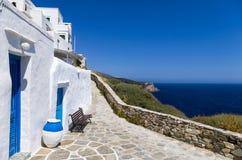 Calle en la isla de Sifnos, Cícladas, Grecia Imágenes de archivo libres de regalías