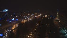 Calle en la noche con la conducción de los coches, luces, lámparas de calle - timelapse metrajes