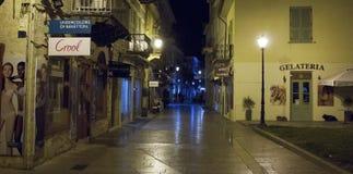 Calle en la noche en Nafplio Fotos de archivo libres de regalías