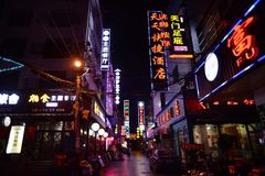 Calle en la noche en Zhangjiajie, Hunan, China Imagenes de archivo