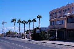 Calle en la pequeña ciudad de la playa de Chipre Fotos de archivo