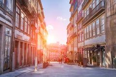 Calle en la puesta del sol, Portugal de Oporto fotos de archivo libres de regalías