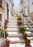 Calle en Ostuni, Italia meridional imágenes de archivo libres de regalías