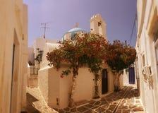 Calle en Parikia, isla de Cícladas, Grecia fotos de archivo