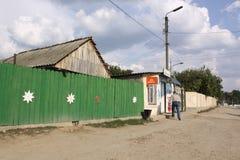 Calle en pequeño pueblo en el Moldavia imagen de archivo libre de regalías