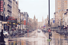 Calle en un día que llueve, Antwarp, Bélgica Foto de archivo