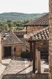 Calle en un pueblo, Horcajuelo de la Sierra, Madrid, España del guijarro imágenes de archivo libres de regalías