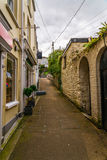 Calle en una ciudad de la playa, con las fachadas coloridas de edificios, en Fotografía de archivo