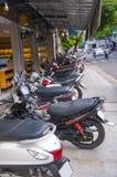Calle en una ciudad vietnamita, muchas bicis parqueadas foto de archivo