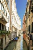 Calle en Venecia, Italia Foto de archivo libre de regalías