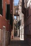 Calle en Venecia, Italia Foto de archivo