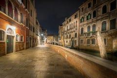 Calle en Venecia por noche foto de archivo