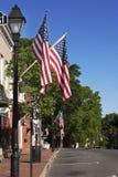 Calle en Warrenton Virginia adornada con las banderas Imagenes de archivo