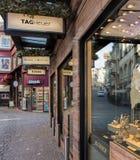 Calle en Zurich con las tiendas adornadas para la Navidad Foto de archivo libre de regalías