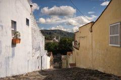 Calle escarpada de la piedra del adoquín en Honda Colombia Foto de archivo