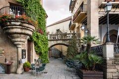 Calle española vieja tradicional con los balcones y los arcos hermosos en la ciudad de Barcelona, España Foto de archivo