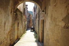 Calle estrecha agradable de la ciudad de Skradin en Croacia fotografía de archivo libre de regalías