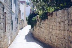 Calle estrecha antigua vieja de Hvar imagenes de archivo