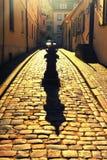 Calle estrecha Cobbled en la ciudad vieja de Riga foto de archivo libre de regalías