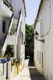 Calle estrecha colorida en Marbella, España Fotos de archivo