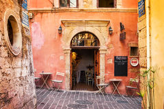 11 9 2016 - Calle estrecha con arquitectura tradicional, cafés y restaurantes en la ciudad vieja de Chania Imagen de archivo