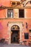 11 9 2016 - Calle estrecha con arquitectura tradicional, cafés y restaurantes en la ciudad vieja de Chania Imagen de archivo libre de regalías