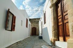 Calle estrecha con las casas blancas tradicionales en Lindos imagen de archivo libre de regalías
