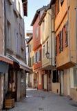 Calle estrecha con las fachadas coloridas Foto de archivo libre de regalías