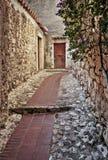 Calle estrecha con las flores en la ciudad vieja en Francia Fotos de archivo
