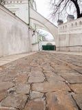 Calle estrecha con los edificios antiguos y el pavimento de piedra Imagenes de archivo