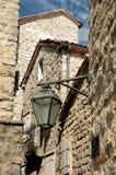 Calle estrecha de Budva viejo, costa adriática,   Imagen de archivo libre de regalías