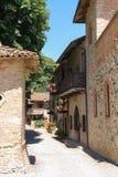 Calle estrecha de Grazzano antiguo Visconti imágenes de archivo libres de regalías