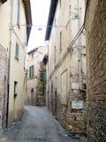 Calle estrecha de la ciudad Fotografía de archivo libre de regalías