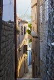 Calle estrecha de la ciudad de Rab fotografía de archivo