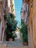 Calle estrecha de la ciudad en Dubrovnik Imágenes de archivo libres de regalías
