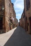 Calle estrecha de la ciudad vieja en Italia Imagen de archivo libre de regalías