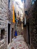 Calle estrecha de la ciudad vieja Kotor montenegro imagen de archivo
