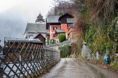 Calle estrecha de la ladera en Hallstatt, Austria Foto de archivo libre de regalías
