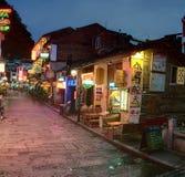 Calle estrecha de la noche en la pequeña ciudad Yangshuo, cafés, restaurantes, Fotografía de archivo