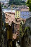 Calle estrecha de la rampa del _ en la ciudad vieja, Oporto, Portugal Fotos de archivo