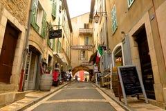 Calle estrecha de las compras en el pueblo medieval de Valbonne, Provence, Francia fotos de archivo
