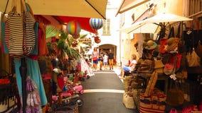 Calle estrecha de las compras en el pueblo medieval de Valbonne, Provence, Francia Imagenes de archivo
