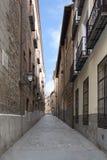 Calle estrecha de Madrid, España Foto de archivo libre de regalías